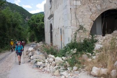 Cammino Terre Mutate Tappa 5 Ussita-Visso-Campi di norcia chiesa in macerie