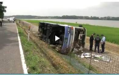 Xe buýt bị lật ở Fukui Nhật Bản