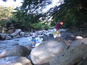 ウェルキャンプ付近の川で遊んでいる様子