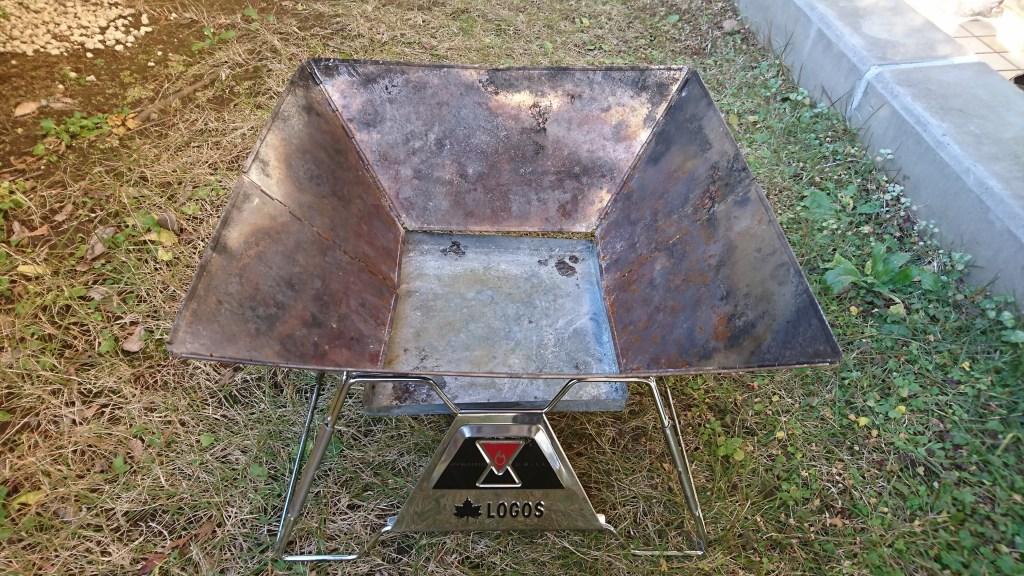 焚火ピラミッドグリルEVO-Lのグリルを乗せたところ(斜め上から)