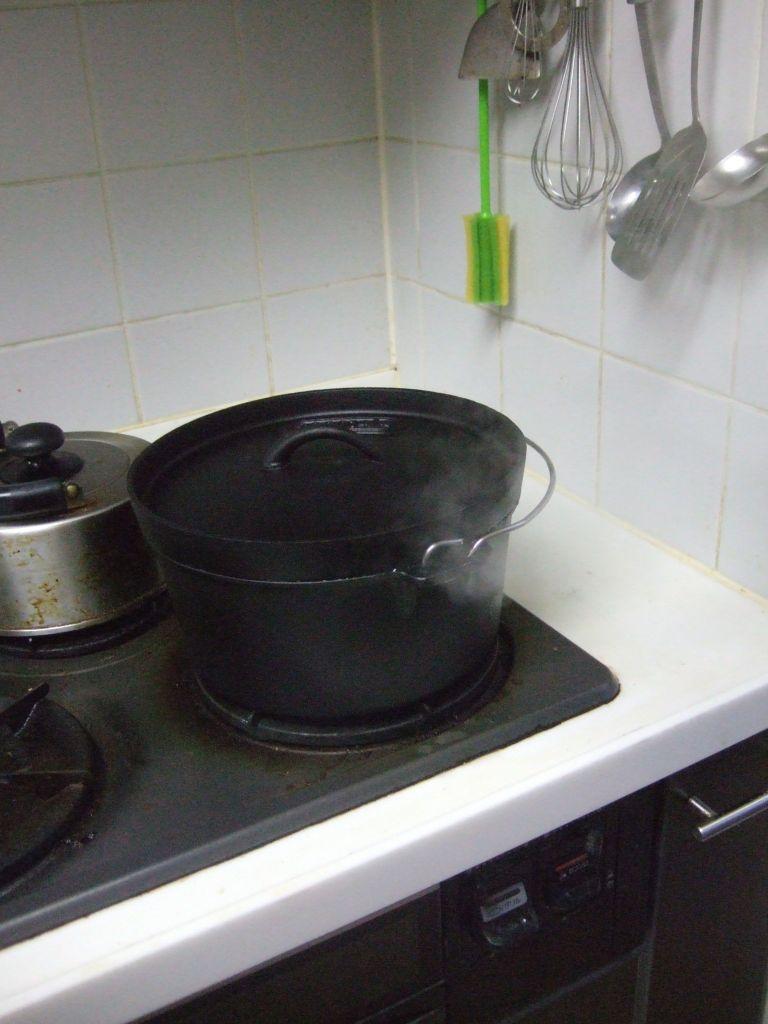 ダッチオーブンから湯気がでているところ
