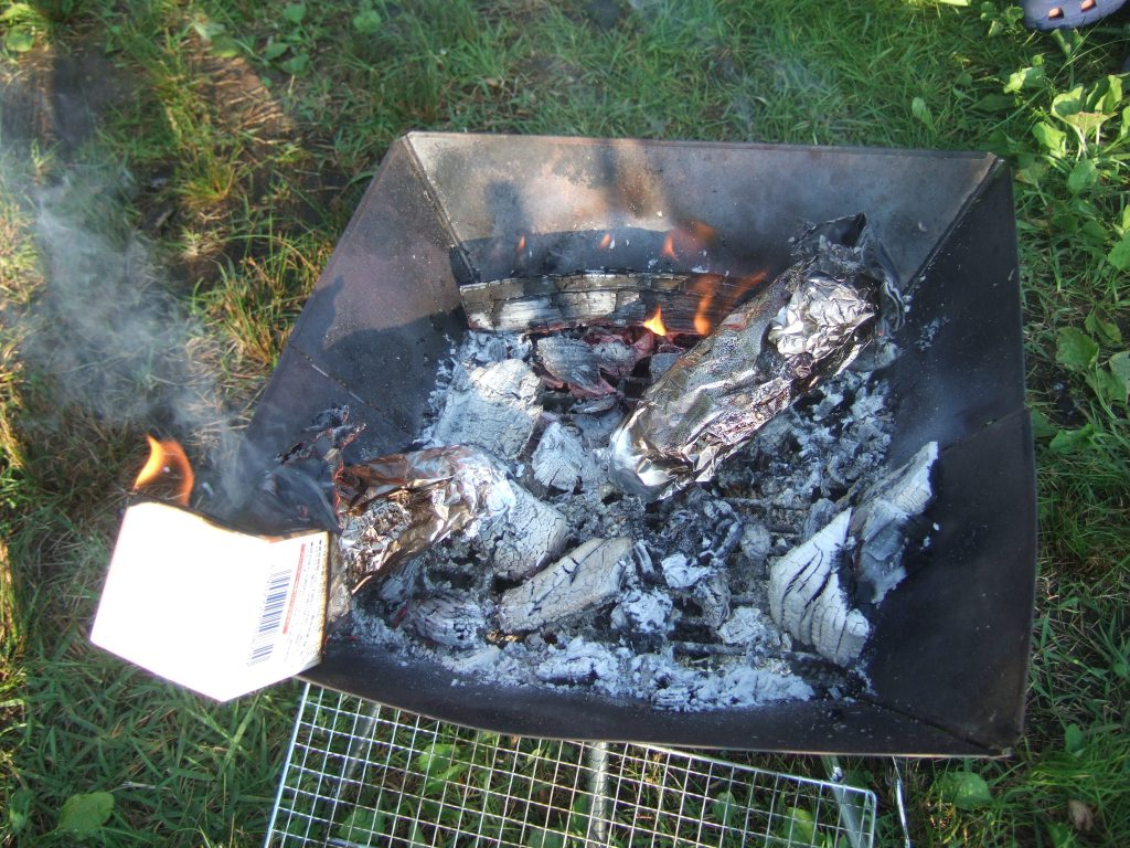 焚き火台でカートンドッグ