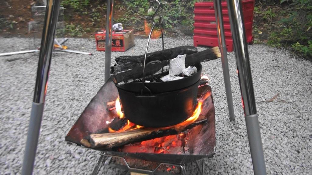 ダッチオーブン 上蓋に炭