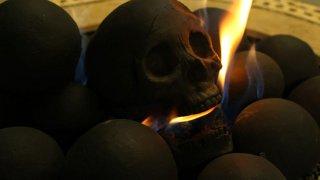 恐怖!炭に入れるとヤバい骸骨の置物があるらしい!