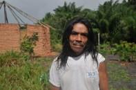 Senhor indígena durante mutirão para construção de espaço coletivo, em área retomada, 2012, por Daniela Alarcon.