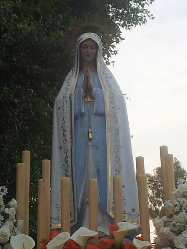 La Virgen de Fátima procesiona espléndida por las calles de Colmenarejo