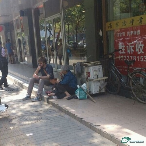 american-young-man-shares-fries-chats-with-old-chinese-woman-beggar-02