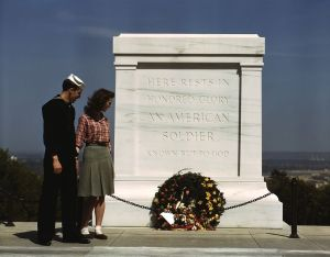 tomb_of_the_unknowns_with_u-s-_navy_sailor_and_woman_may_1943