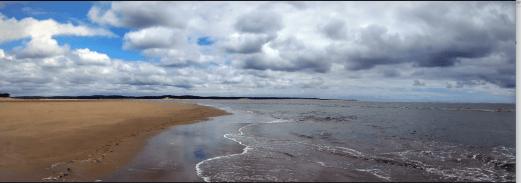 Wolkenveld boven het strand in Zuid-Frankrijk