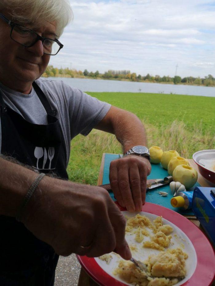 Ausgehöhlte Äpfel mit Münsterkäsemasse füllen