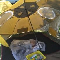 Pössikid chilled unter unserem neuen Sonnenschirm