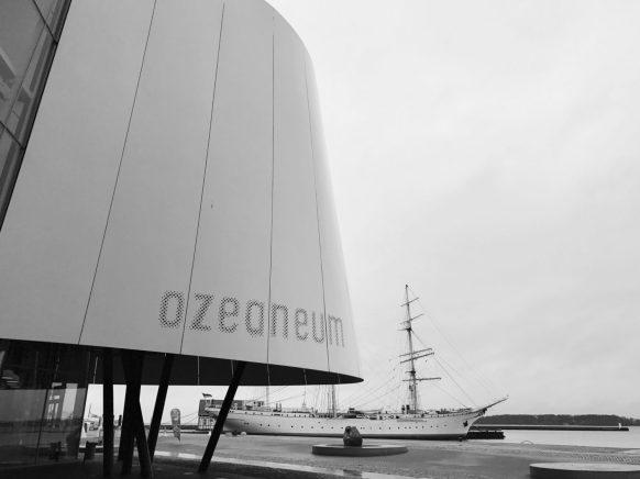 Schulschiff Gorch Fock hinterm Ozeaneum Stralsund