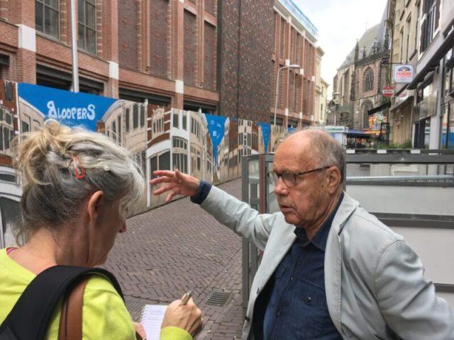 Willem van der Veen in de Voorstraat, de straat waar Willem als kind de krantendrukkerij van Tijl zag draaien.