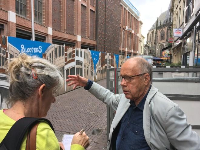 Willem van der Veen wordt geïnterviewd door Janine Stougie in de Voorstraat, de straat waar Willem als kind de krantendrukkerij van Tijl zag draaien.