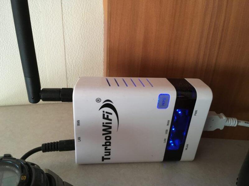 De router met antenne om ervoor te zorgen dat we contact met de buitenwereld blijven houden
