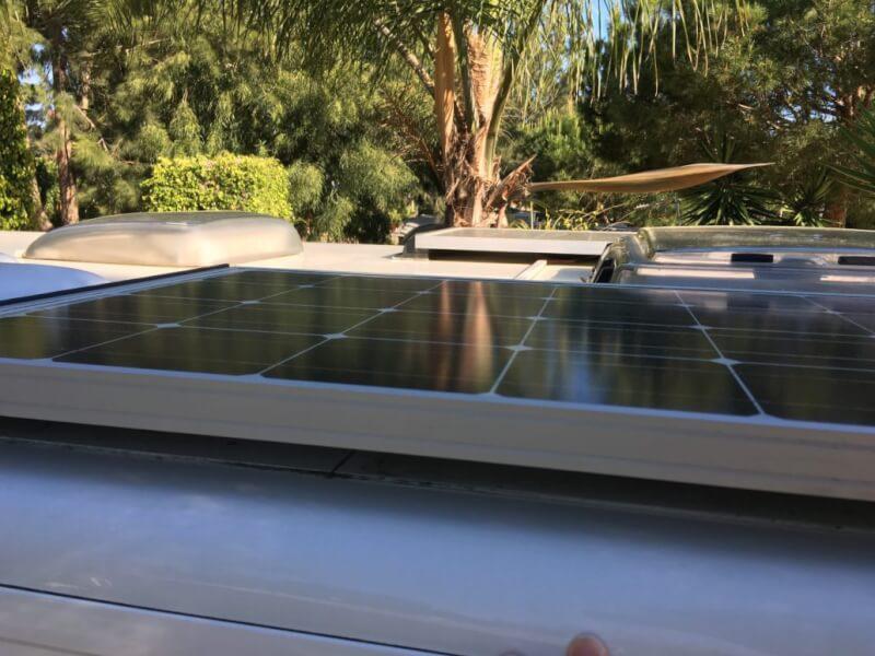 Op het dak heeft Smuikje twee zonnepanelen. Een wattmeter boven de voordeur houdt energie-opbrengst bij