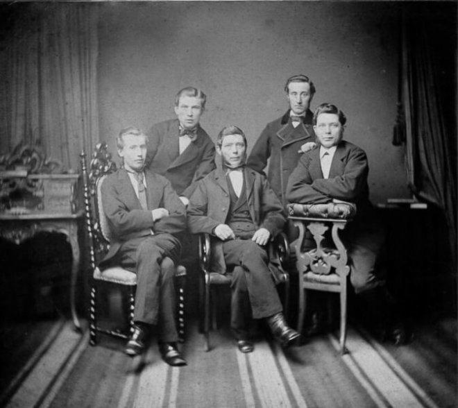 Kantoorpersoneel van uitgeverij Tijl eind 19e eeuw. Foto: Willem van der Veen