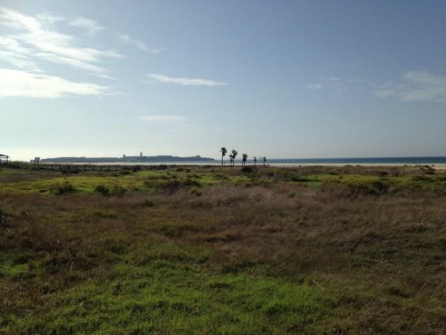 Zicht op het fort van de zuid-Spaanse havenstad Tarifa. Afrika ligt ongeveer 15 kilometer verderop.