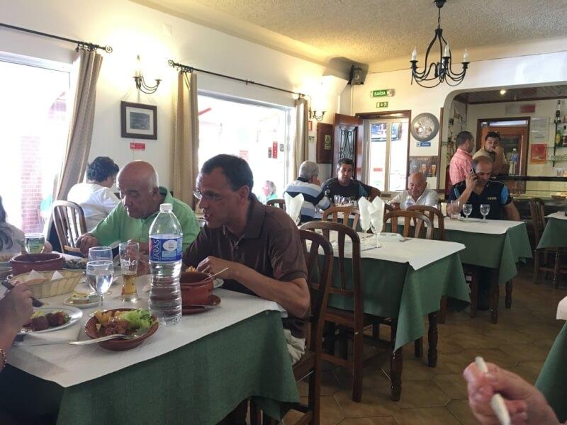Mértola, zuid-Portugal (Algarve). Restaurante Alengarve. Heerlijk eten. Gezellige sfeer met de etende locals.