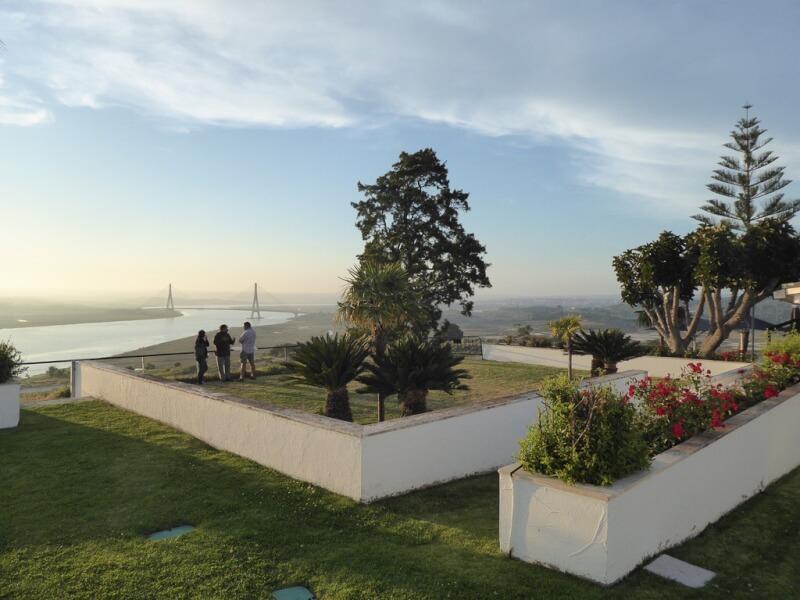 Het hotelterras van de Parador Costa de la Luz met zicht op de brug naar Portugal