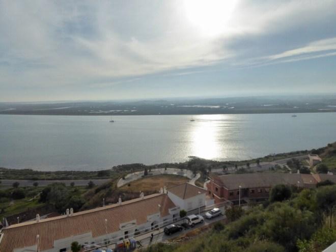 De rivieroever van Ayamonte. Aan de andere kant ligt Portugal