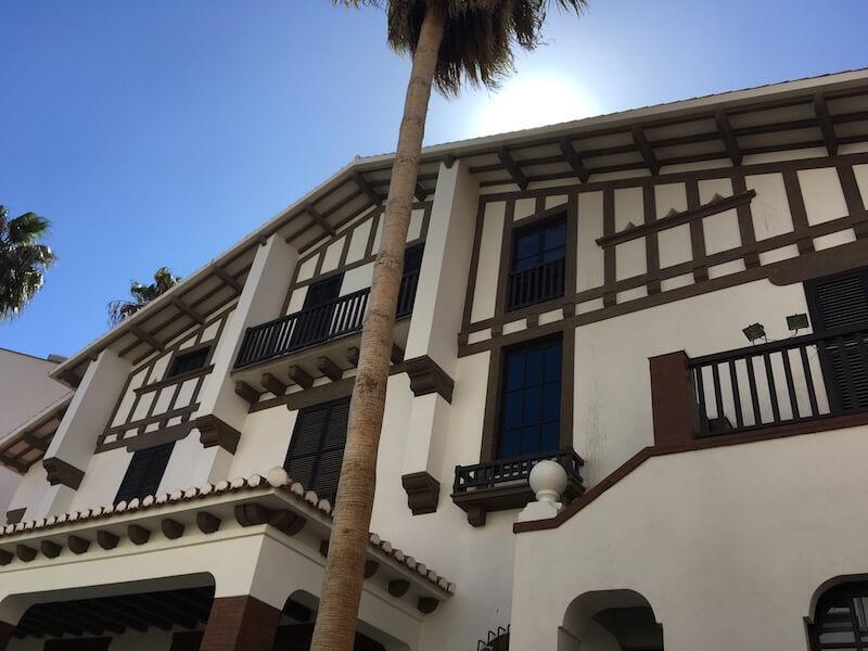 Nr. 6. We dachten: Huh, een Baskisch huis in Almería? Ja, deze bouwstijl was in het begin van de 20ste eeuw hip. Nu is het een leuk museum met moderne kunst uit Almería. Het pand heet Doña Pakyta.