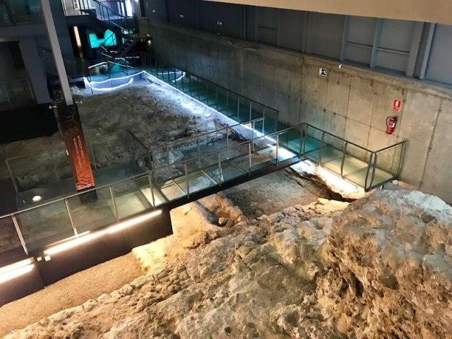 Nr. 5. In het Centro de Interpretación Puerta de Almería zie de opgegraven Moorse stadspoort uit de 10e eeuw en de overblijfselen van de Salazones Romanas (de visputten van de Romeinen).