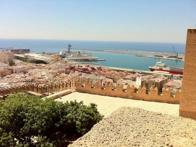Nr. 3. Zicht vanaf het Moorse kasteel Alcazaba op de haven waar Smuikje stond.