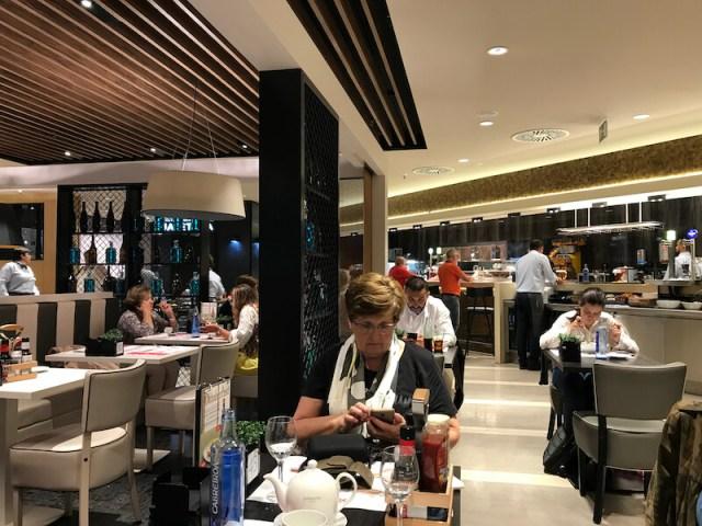 Het restaurant van El Corte Inglés ademt ouderwets gastheerschap uit. Opmerkelijk het personeel mag geen fooi aannemen. 'Fooi is tegen het bedrijfsprotocol', aldus de hoofdgastheer. (Bilbao).
