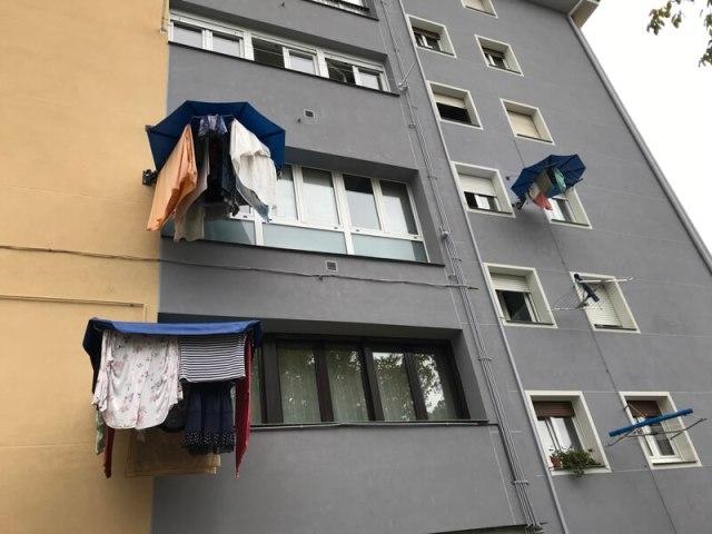 Het regent erg vaak in de stad. Daarom hebben de bewoners een inventief wasrekje bedacht met paraplu.(Bilbao).