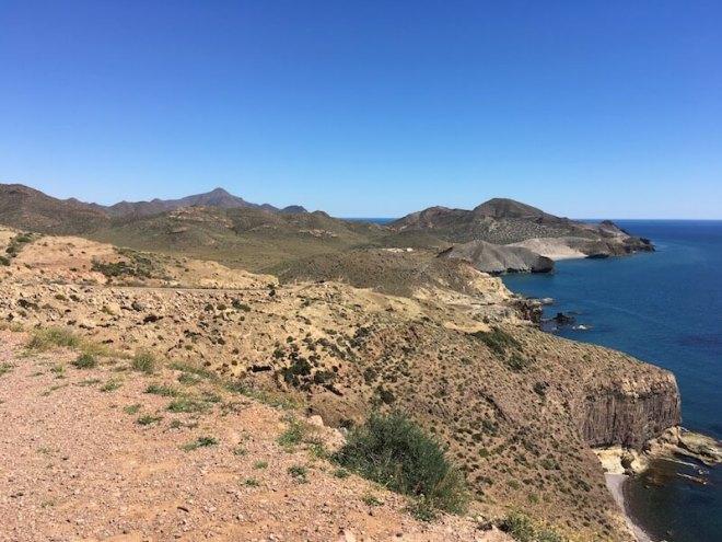 Het dorre kustlandschap rondom Cala de Punta Negra bij San José.