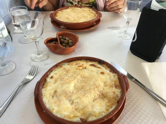 De heel goede Bacalhau com Natas aten we in badplaats Porto Covo.