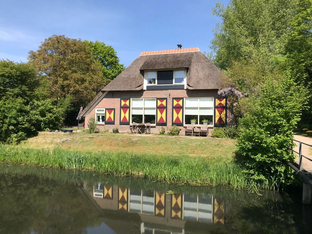 Vlakbij Zwolle. Villa aan de Nieuwe wetering bij Laag Zuthem. Deze mooie plekjes ontdekten we met de fiets tijdens de Coronacrisis.