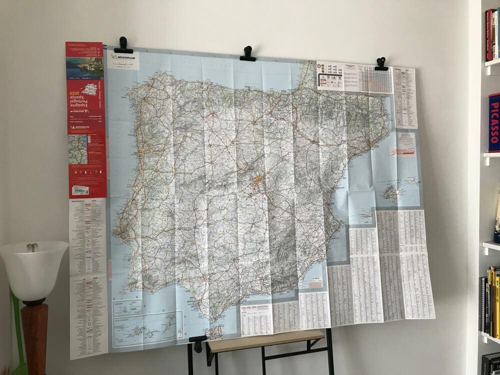 Sinds de Coronacrisis staan er grote landkaarten van Spanje tegen de muur. Lekker om er weg bij te dromen en routes te maken.