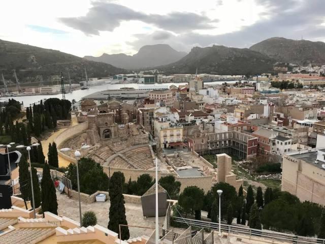 Vanaf het kasteel zie je bijna de hele stad, de haven én het gerestaureerde Romeinse theater.