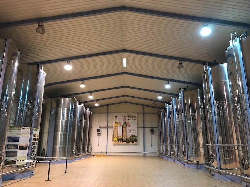 Volgens Carmen: de kathedraal. In de vaten wordt de olie bewaard.