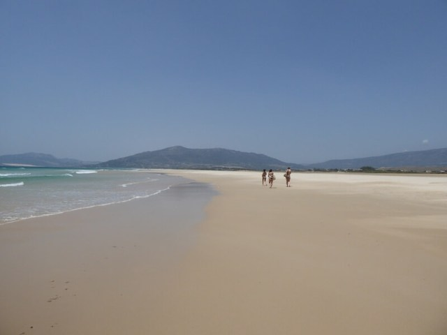 Voor de echte strandwandelaar is de route van Tarifa naar Playa de los Lances een aanrader. (Reisgids Spanje).