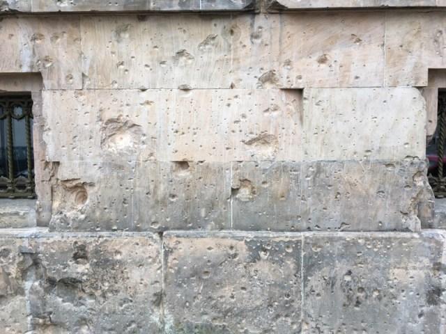 De beschadigde muur aan de Dorotheenstrasse 1.
