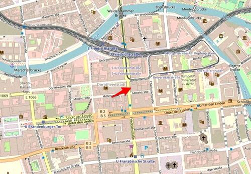 De mediawinkel ligt strategisch op een zeer gunstige plek. Kaart Openstreet.maps