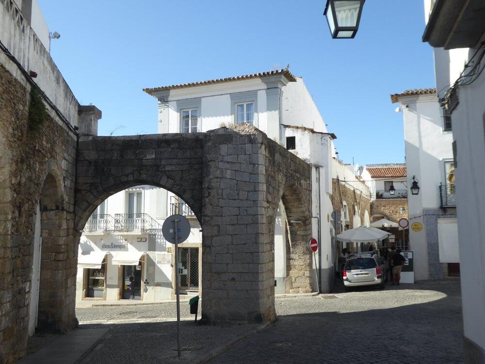 Als je door de stad dwaalt kun je zomaar opnieuw op een stuk van het aquaduct stuiten.