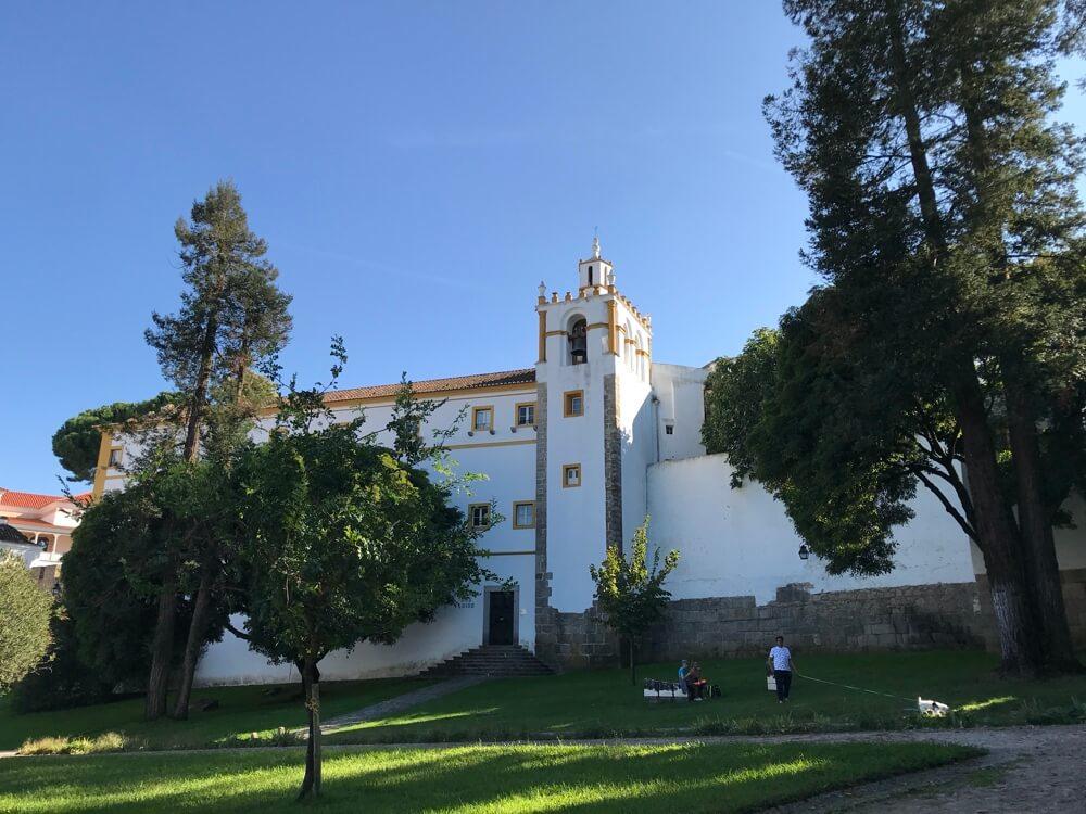 Op weg naar de universiteit met zicht op de Pousada. Mocht je de muur beklimmen dan sta je bij Templo de Diana voor de deur.
