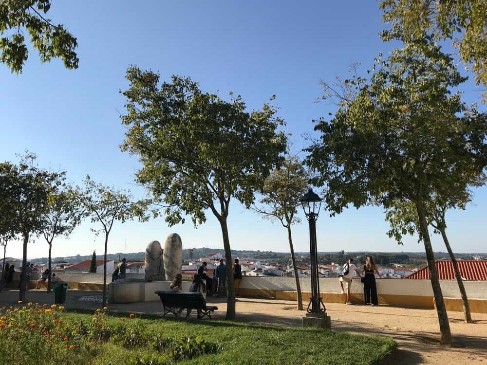 Niet alleen het grote stadspark is een sfeervolle plek, ook Jardim Diana bij de Romeinse tempel, bied je een uiterst aangenaam verblijf.