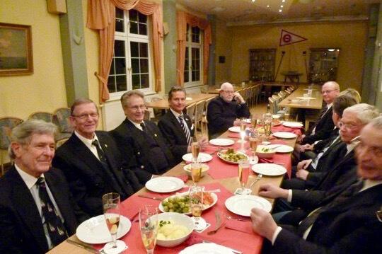 De leden tijdens het traditionele captainsdiner (met spruitjes). Bron: website Fraternitas.