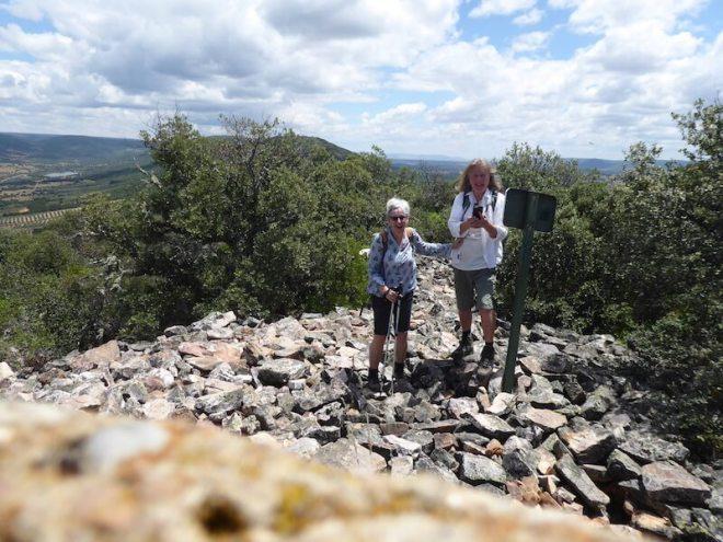 Wij dus, bij het hoogste punt van Horcajo. We maken met de afstandsbediening een selfie, maar de ondergrond bestaat uit losse stenen. We probeerden overeind te blijven.