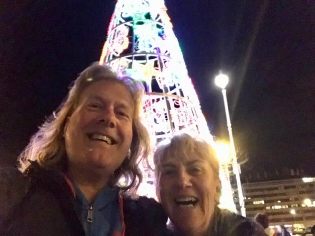 Met de 'metalen' kerstboom van San Sebastian op de achtergrond wensen we jullie fijne feestdagen en een mooi, gezond en vooral vrolijk 2020.