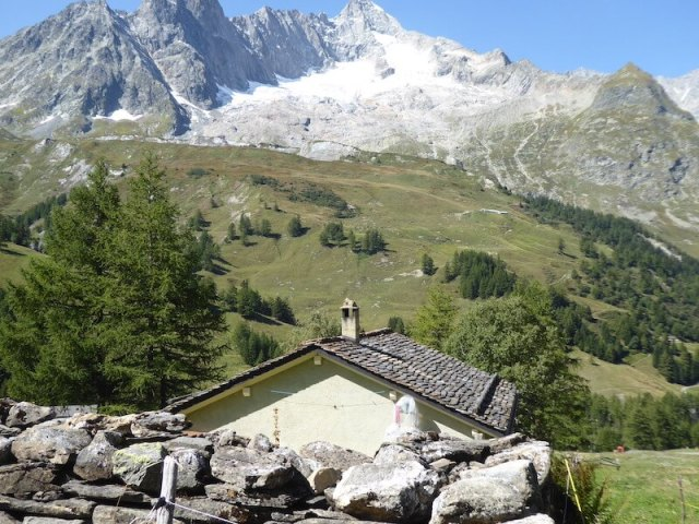 Zicht op de bergen vanaf het dorpje Ferret.