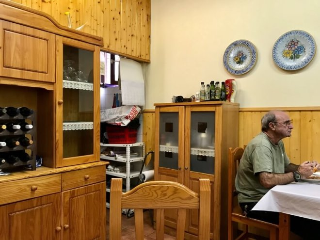 De uiterst bescheiden eetzaal van het enige 'grote' hotel van het dorp: Albergue Oregui.