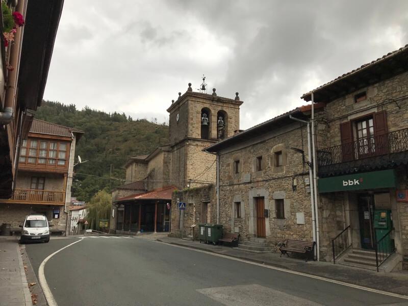 De stoere kerk in het centrumpje.
