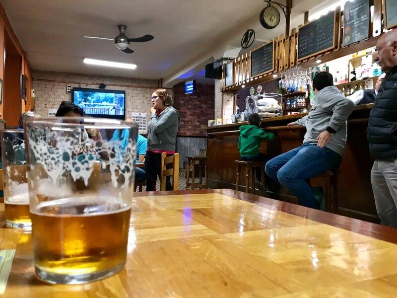 De bar Rosi, de plek waar het plaatselijke dorpsleven zich afspeelt.