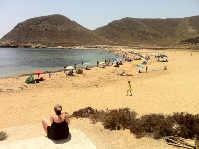Uiteraard spelen stranden en zee een grote rol in de e-reisgids over Cabo de Gata. Dit is het strand van Playa de Playazo begin juli.
